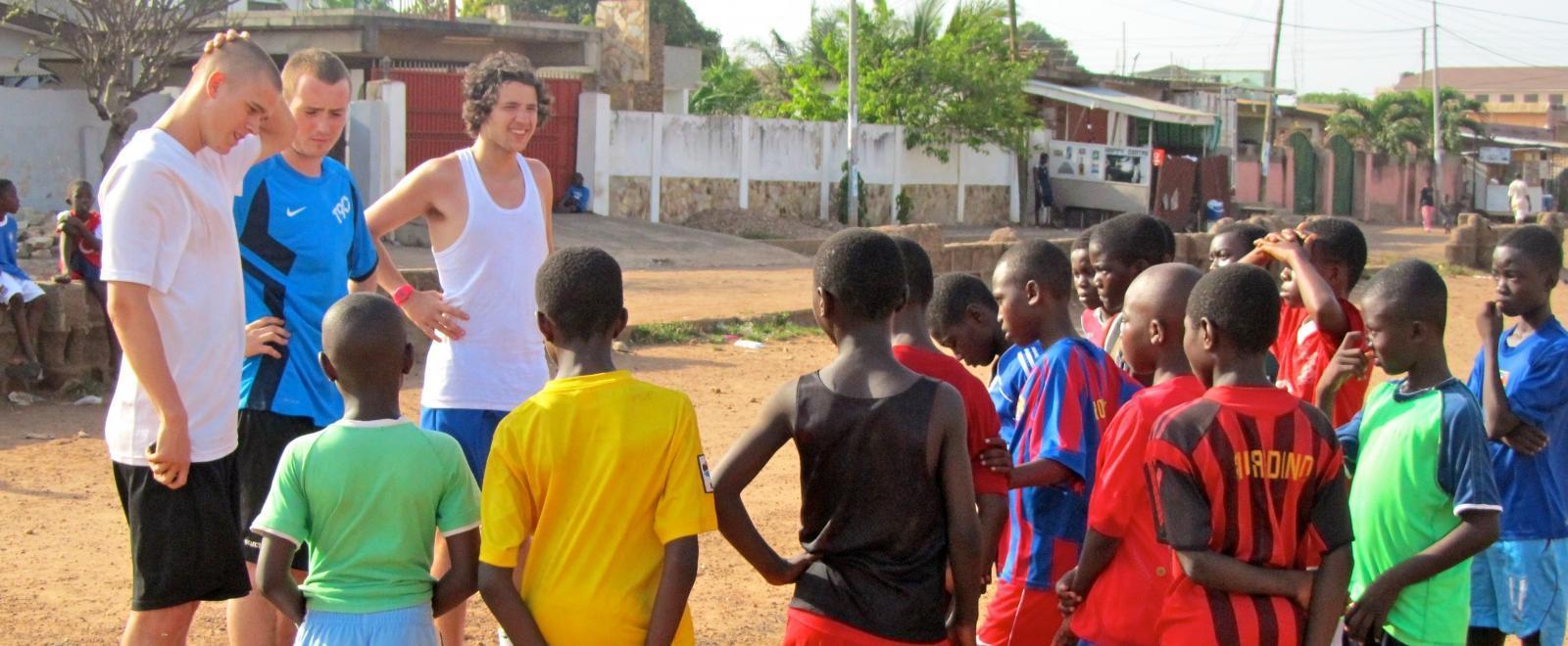 Entrenadores voluntarios de rugby en Ghana reuniendo a sus equipos.